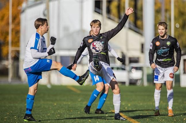Alex Ramsay gjorde 1–1 för JBK. Anton Sandlin (till höger) var mitt back.