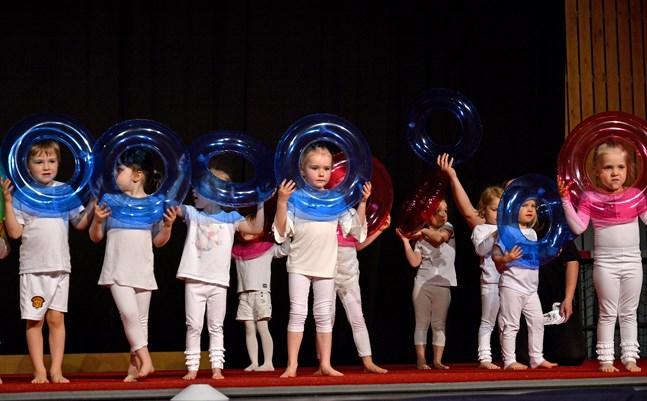 Årets förening NKG-Artistica har många grupper. Här är det Knattesprattel 1, lekbetonad gymnastik för yngre barn. De framträdde med Baywatch från filmen med samma namn på gymnastikfesten i maj i år.