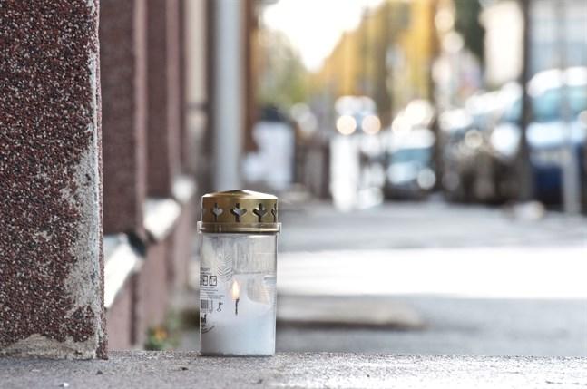 Ett ensamt gravljus brann på måndagen utanför den trappuppgång i Jakobstads centrum där det drogrelaterade dråpet inträffade tidigt på söndag morgon.