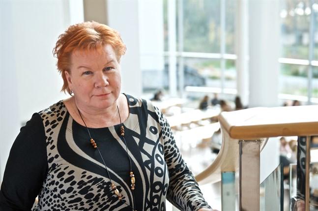 Sju personer söker rektorstjänsten, som blev ledig att söka efter att Minna Vanhamäki sade upp sig. Hon är nu rektor i Jakobstad.