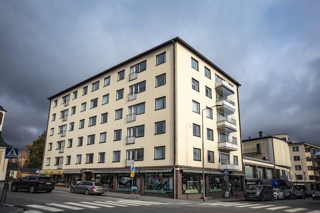 Här i huset på Storgatan blev en kvinna skjuten till döds i början av oktober.