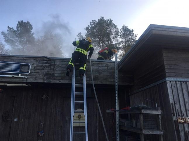Flera enheter är på plats för att släcka branden.
