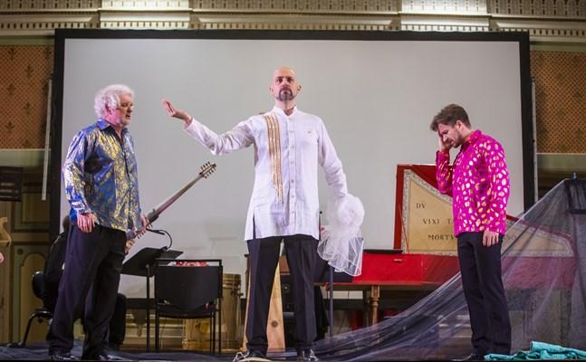Den svenska tenoren Leif Aruhn-Solén, i mitten, har titelrollen som Orfeo. Här tillsammans med herdarna Ian Honeyman, till vänster, och Niall Chorell.