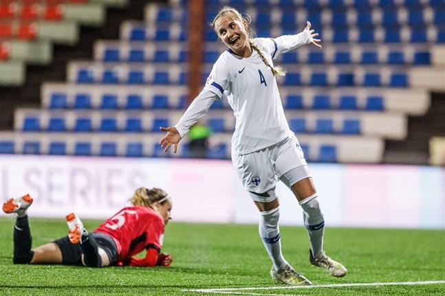 Ria Öling fick fira en 8–1-seger mot Albanien i Sandviken i höstas. Vårens planerade match får nytt datum, men det är oklart när den spelas.