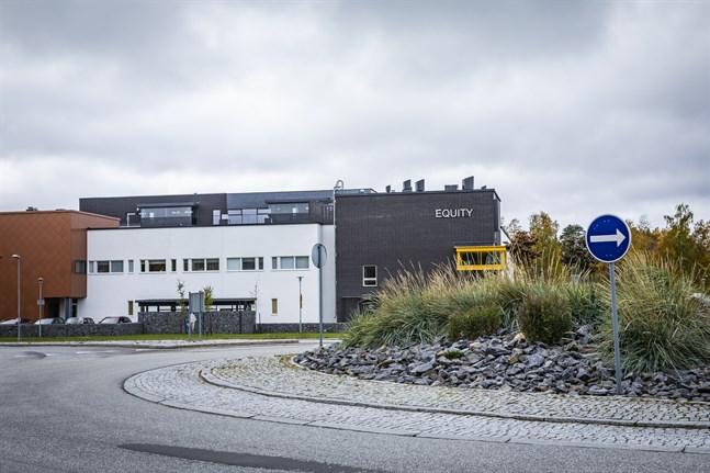 I veckan började läsesalen i Larsmos huvudbibliotek i Equity hålla eftermiddagsstängt. Delvis för att undvika att skolelever samlas i större grupper.