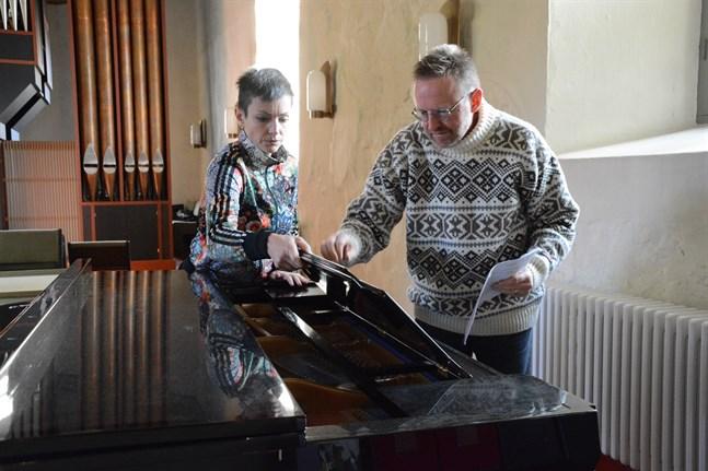 Nanna Rosengård och David Strömbäck förbereder den första musikaliska talkshowen.