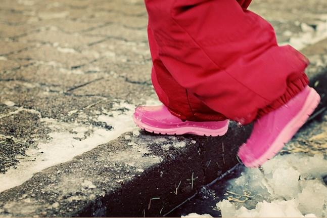 Barn i låginkomstfamiljer har en betydligt mörkare framtidstro än barn i höginkomstfamiljer, uppger Rädda Barnen.