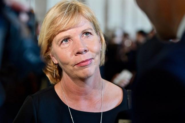 SFP och Centern vill inte höja beskattningen för onoterade bolag. Anna-Maja Henriksson (SFP) försvarar linjen med att det är överenskommet i regeringsprogrammet.