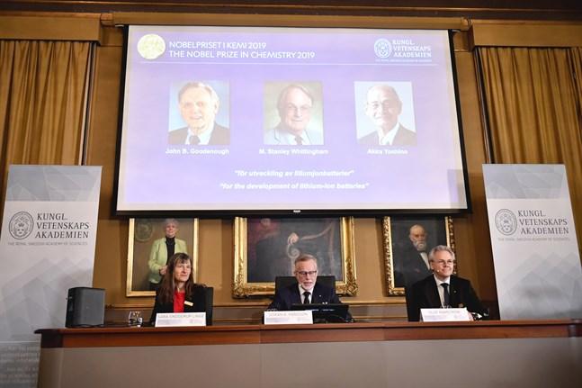 Sara Snogerup Linse, Göran K. Hansson, ständig sekreterare för Vetenskapsakademien, Olof Ramström presenterar årets Nobelpristagare i kemi under en pressträff på Kungliga Vetenskapsakademien.