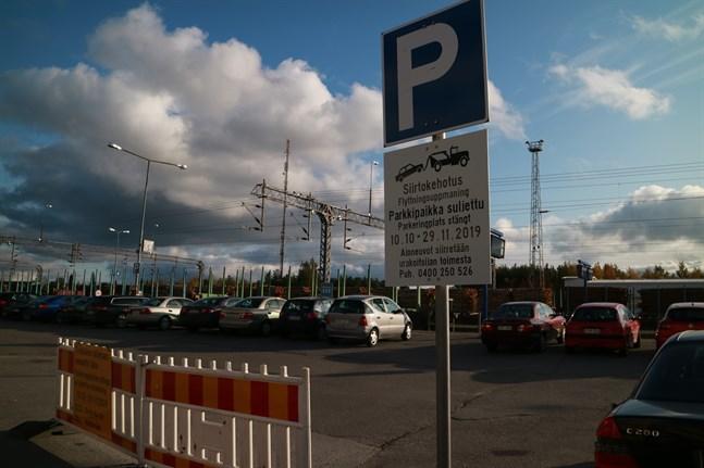 Järnvägsparkeringen stängs på torsdag och bilar som står kvar bogseras bort av entreprenören.