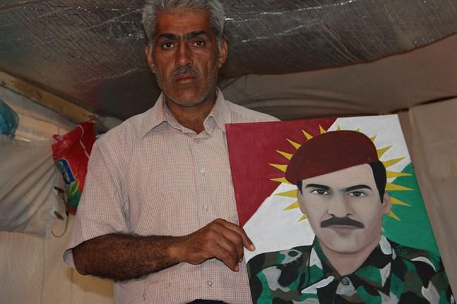 Isam visar upp ett porträtt av sin bror, som dog den 9 april 2015, i strid mot IS. Isam är kurd från norra Syrien, den del Turkiet nu ska omvandla till en turkisk säkerhetszon.
