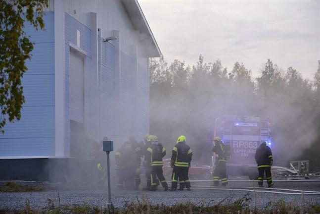 Rökutvecklingen var kraftig, och det rykte ur fabrikshallens bägge gavlar. Röken vädrades ut med hjälp av fläktar.