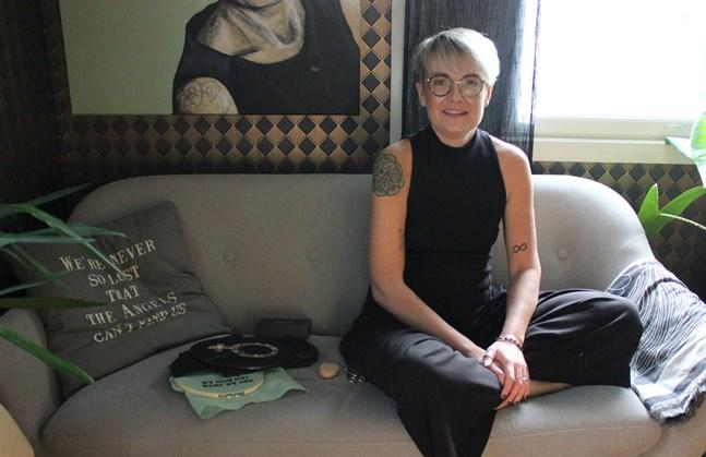 När Pernilla Vikström har en ledig stund sitter hon ofta i soffan med ett broderi i handen.