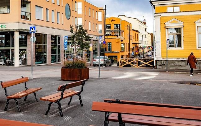 På torget borde försäljningsstånd och åtminstone kortvarig parkering tillåtas och avsmalningarna på Storgatan borde breddas, anser Jarmo Ittonen.