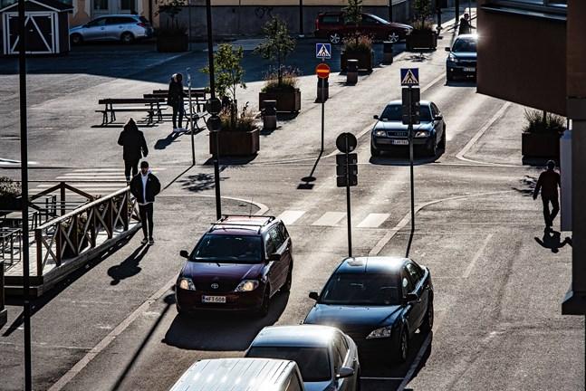 Det är smala gator, breda trottoarer och många trafikskyltar i centrum av Jakobstad i korsningen mellan Storgatan och Rådhusgatan.