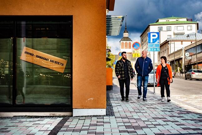 Kim Sundqvist, Johan Lindberg och Maj Boström vill underlätta trafikflödet till centrala Jakobstad. På gatstumpen strax bakom dem är 6 butiksutrymmen lediga, till exempel hörnet till vänster där R-kiosken var tidigare.