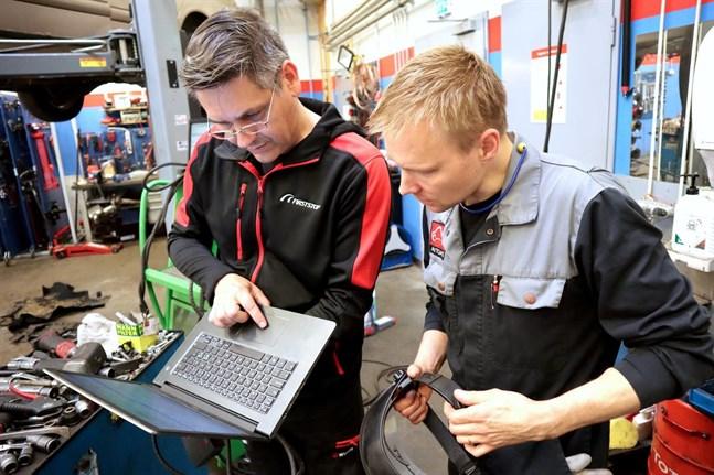 El- och hybridbilar ställer nya krav på verkstäderna. Christofer Hägglund och Anders Elenius på Hägglunds verkstad har nyligen uppdaterat sina kunskaper med två kurser i elarbetssäkerhet.