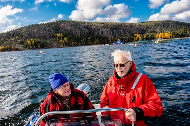 Bengt Fellström och Björn Edström engagerade sig i motståndet mot fiskodlingarna via föreningen Rädda Höga Kusten. I bakgrunden den fiskodling i Nätrafjärden som flyttades längre ut.