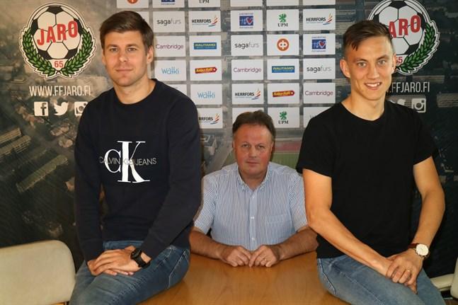Jonas Emet (till vänster) kliver av Jaroskutan – både som spelare och försäljningschef. Joni Remesaho axlar i stället dubbelrollen och det är en lösning som Liga Jaros vd Fredrik Haga gillar.