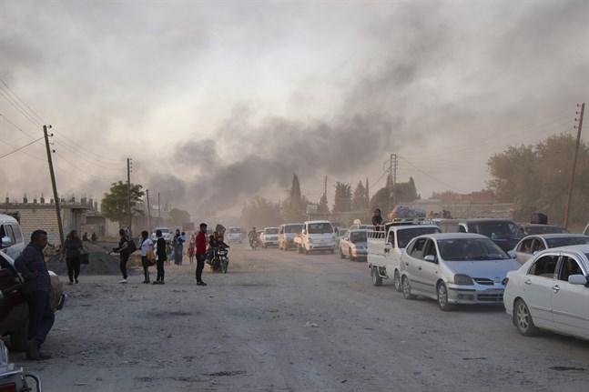 Syrier flyr beskjutning från turkiska styrkor i Ras al-Ain under onsdagen.