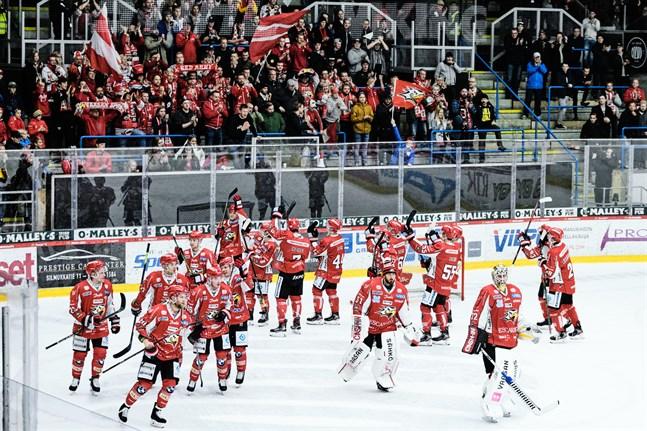 Sport fick fira säsongens första hemmaseger med supportrarna på Sundom stå.