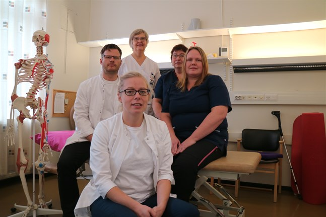 Sjukhusläkare Tobias Sundberg, sjukskötare Maggi Backman, sjukskötare Marina Stenhäll, fysioterapeut Sofie Lindh och överläkare Annica Sundberg ingår i teamet på fysiatriska polikliniken.