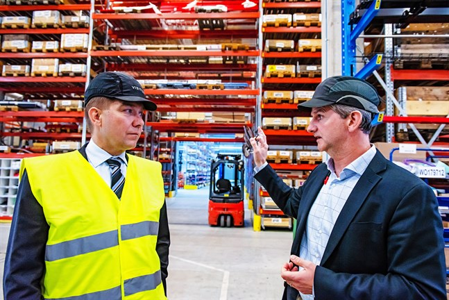 Greg Seymour berättar om arbetsflödet vid LKI. Minister Thomas Blomqvist är imponerad över hur involverade anställda får vara i hela processen.