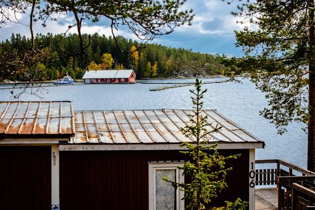 Det flytande pontonhuset och utrustningen vid vinterförvaringen vid Köpmanholmen vid Höga Kusten är bortbogserade. Båten på bild finns idag i Jakobstad.