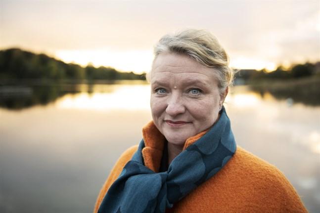 """Anna Takanen debuterar som författare med romanen """"Sörjen som blev"""". """"Att skriva en bok var inget jag direkt planerade att göra"""", säger hon."""