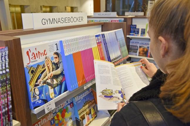 Det är inte längre lika vanligt att köpa skolböcker i en bokhandel. Alltfler beställer böckerna på nätet.