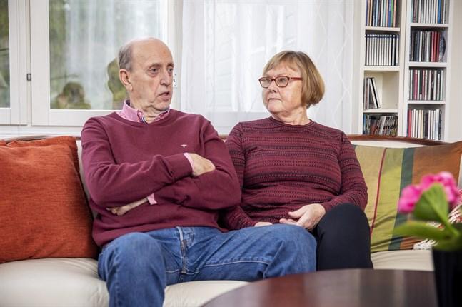 Bror-Eric Sahlström tycker vaccineringen är dåligt organiserad i Vasa. Han och hustrun Christine har ringt hundratals samtal utan att komma fram.