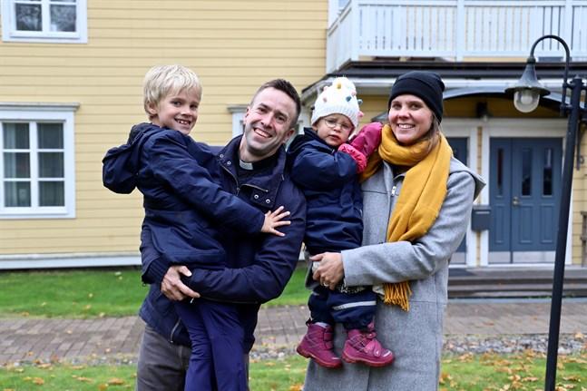Familjen Kass trivs bra i den cirka 170 år gamla prästgården.   Till familjen hör pappa Fredrik Kass och mamma Amanda Audas-Kass, Arvid 7 år, Hilde 2 år och Ingrid 11 år (som inte är med på bilden).