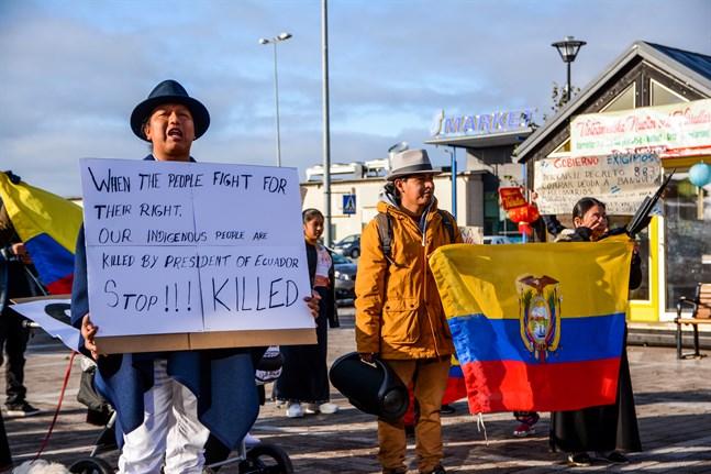Drygt 30 Otavaloindianer från Ecuador bor i Närpes. På söndag demonstrerade de för att uppmärksamma hur ursprungsbefolkningen behandlas i hemlandet.