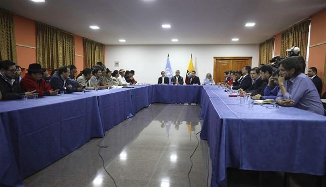 Ursprungsbefolkningsledare och regeringsföreträdare i samtal i Quito, med president Lenín Moreno i mitten.