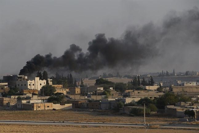Rök stiger från Tal Abyad på den syriska sidan om gränsen efter turkiska attacker på söndagen.