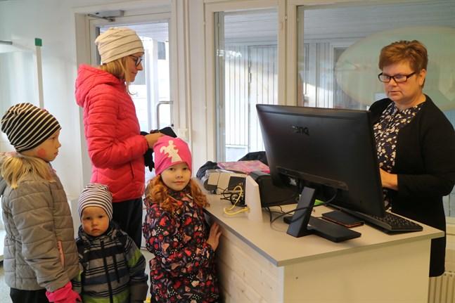 Anni Uusioja passade på att inleda höstlovet med en cykeltur till Maria Brännkärrs nyöppnade loppis tillsammans med barnen Hilda, Saaga och Jalo.