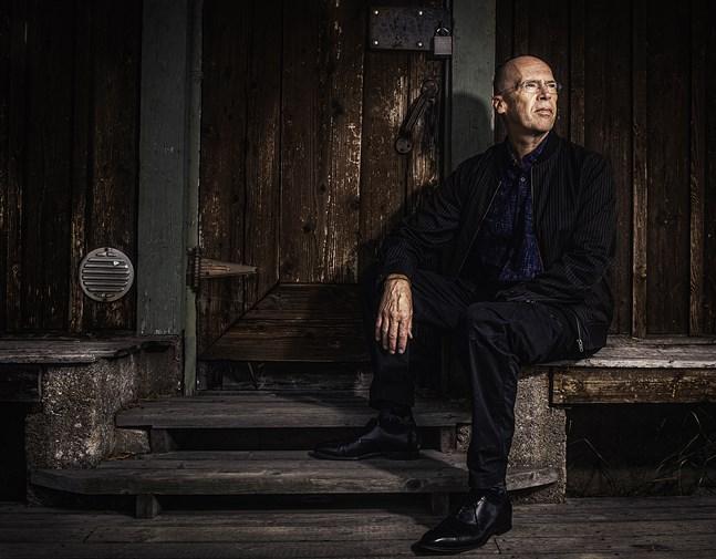 """Robert Åsbacka gläds över man tyckt om """"Till livets slut"""" tillräckligt mycket för att vilja tilldela honom ett pris för boken. Det gör det möjligt för honom att slappna av ett tag och skriva vidare på ett av sina nya projekt."""