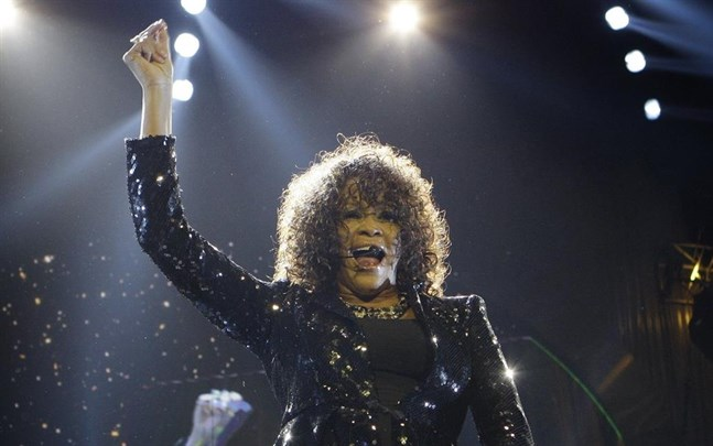 Whitney Houston uppträder i London 2010. Den amerikanska popstjärnan dog i februari 2012, 48 år gammal.