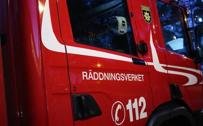 En person dog och ett hus totalförstördes i en brand i Maxmo natten till tisdag.