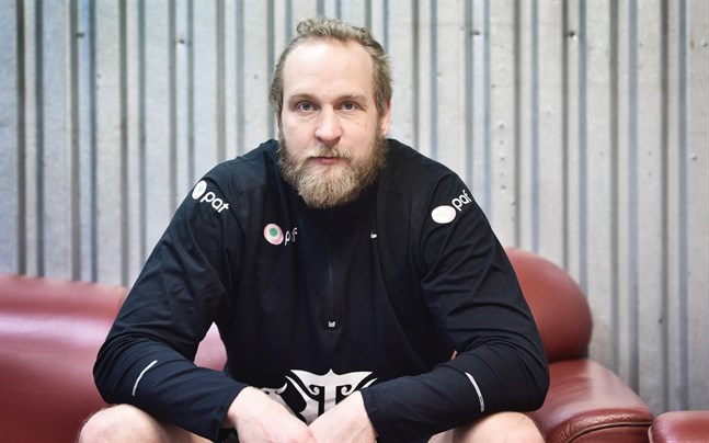 Robert Helenius riskerar tvingas betala över 60 000 euro till två manager.