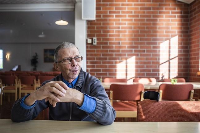 Kennet Roos är född 1956, uppväxt och bosatt i Bennäs. Sedan 90-talet har han jobbat som deltidsvaktmästare vid Bennäs kyrkhem. Sedan några år tillbaks är han bosatt vid pensionärshemmet Silverliden i Bennäs.