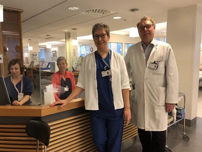 Forskningssjukskötaren Helena Ingo och överläkaren Antti Jekunen har gett immunterapi på Vasa centralsjukhus i fem år. Till vänster om dem sjukskötarna Paula Peltoharju och Sonja Karinkanta.