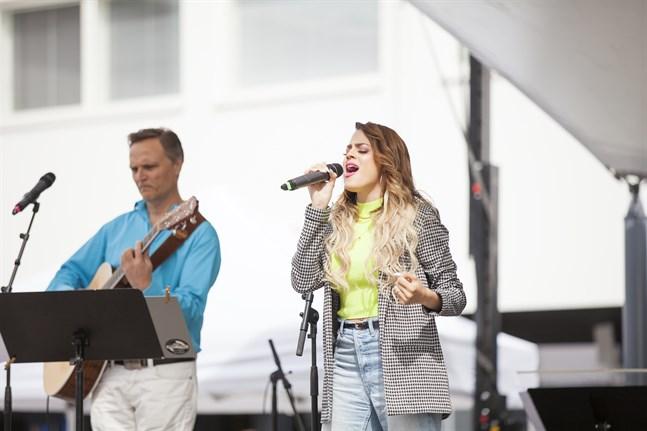 """Ett av musikframträdandena som Bo-Anders """"Bona"""" Sandström och Yli Flores gjorde i somras, gjorde de i Larsmo."""