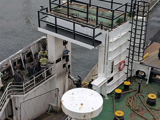 Wasa Express står nu i hamnen i Vasa. Servicearbete med en hydraulcylinder pågår.