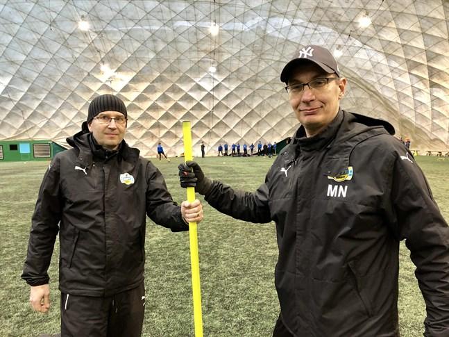 Magnus Näs, till höger, och Thomas Fant lotsade Krafts B-flickor till en sjundeplats denna säsong. Men nästa säsong blir det inget lag i division 1.