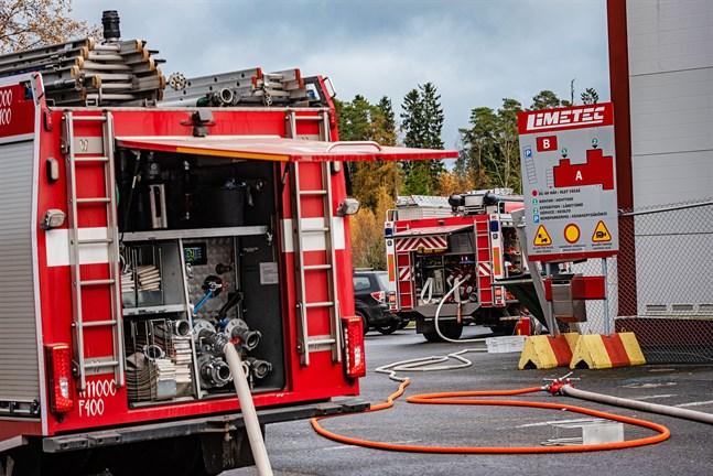 Sju av räddningsverkets enheter kommenderades till Limetecs lokaler i går eftermiddag och kunde släcka elden på ungefär en timme.