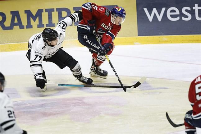 Förra säsongens stjärnskott, Tony Sund (nummer 77), återvänder till brottsplatsen på fredag när Sport och TPS möts i Vasa. Bilden från Åbolagets match den 12 oktober. HIFK-aren heter Anton Lundell.