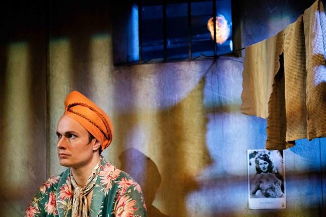 """Tomi Turunen som Molina i pjäsen """"Hämähäkkinaisen suudelma"""", som utspelar sig i ett fängelse i Argentina under slutet av 1970-talet."""