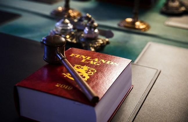 Tre män döms till fängelse för att ha försökt driva in drogskulder i Vasa. Av fel person.