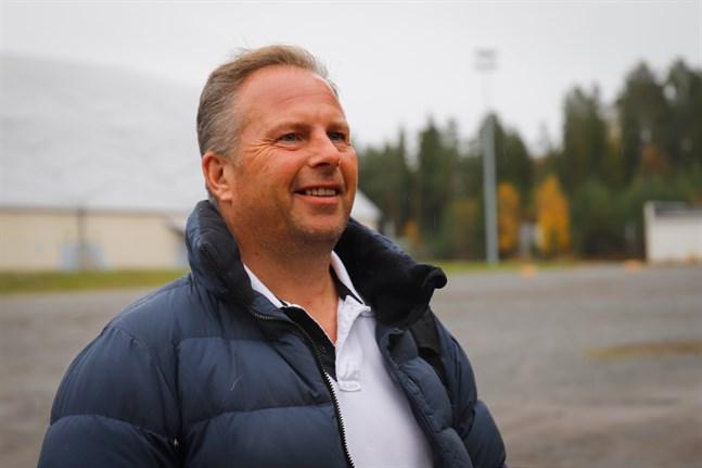 Vd Johan Svahn vid Propadel hoppas kunna bygga padelhallar i Kristinestad och Närpes.